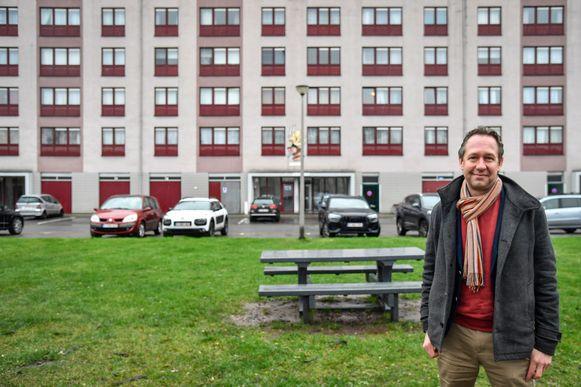 """Tom Bogman voor één van de typerende appartementsgebouwen in de Serboswijk: """"We zullen de kosten van de renovatie niet doorrekenen aan de huurders""""."""