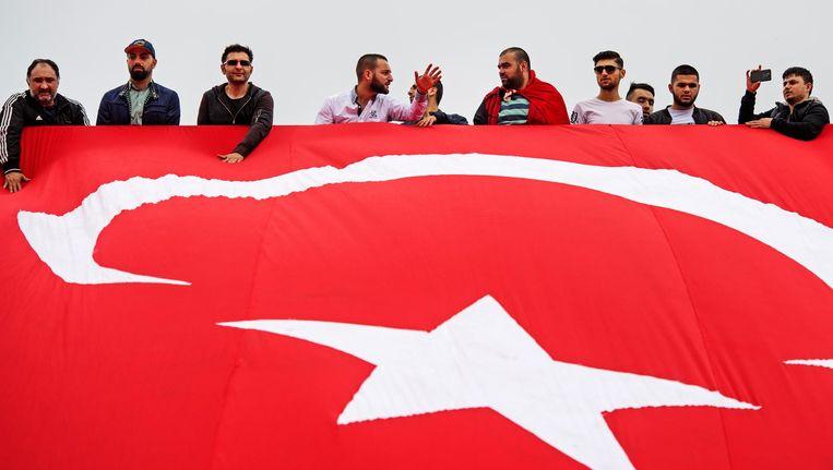 Nederlandse Turken betogen bij de Erasmusbrug in Rotterdam tegen de mislukte staatsgreep in Turkije. Beeld anp