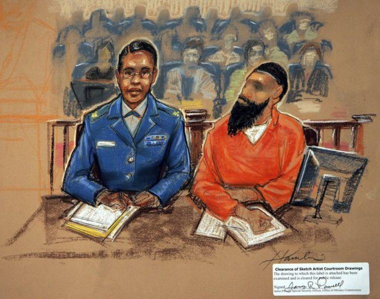 Terreurverdachte Binyam Mohamed, rechts, met zijn advocaat tijdens een zitting op Guantanamo Bay, Cuba.. TekeningAP/Janet Hamlin Beeld
