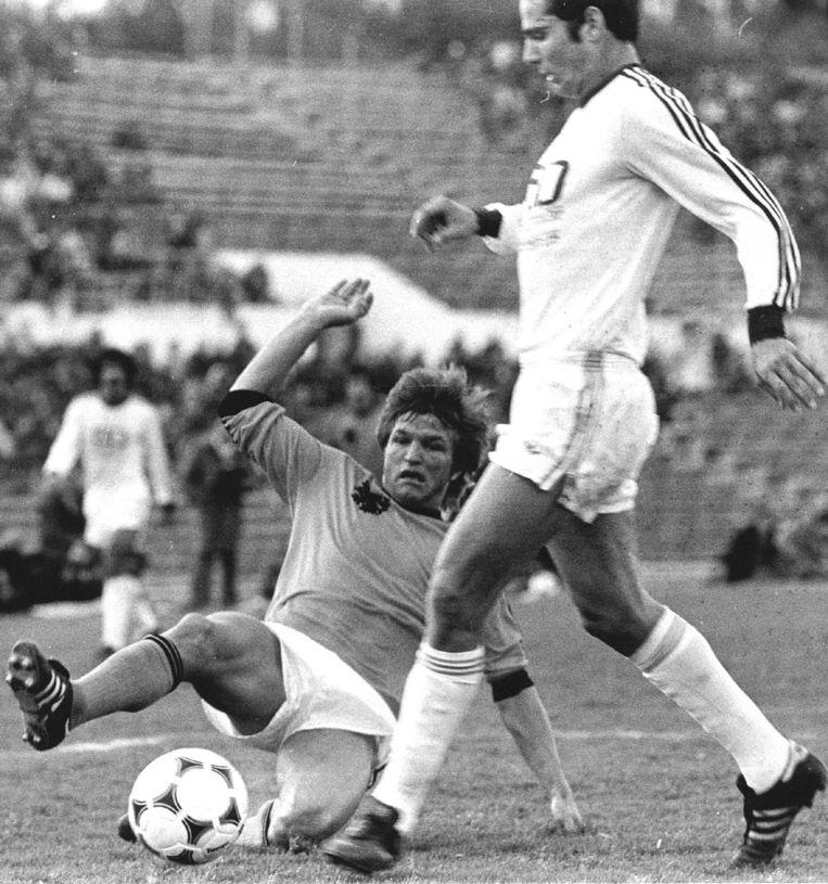 Israël - Nederland 1-2. Jan Peters in duel met een tegenstander. Foto uit 1978. Beeld anp