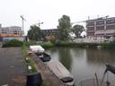 De boot waar het voorval zich afspeelde lag aan deze kade in Amsterdam. Het vaartuig is inmiddels weggesleept.