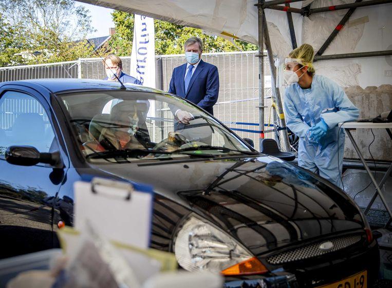De Nederlandse koning Willem-Alexander bezoekt een coronateststraat.