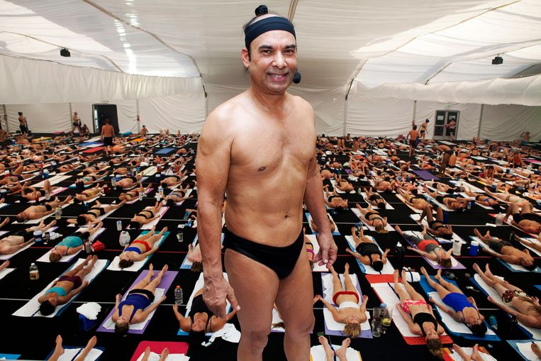 Bikram Choudhury, grondlegger van de Bikram-yoga, tijdens een les in zijn Bikram's Yoga College of India in San Diego. Beeld Polaris