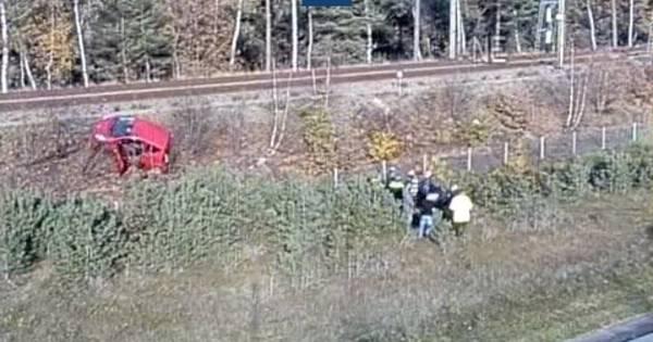 Arrestatieteam politie betrokken bij ongeluk A12: auto vliegt door hek en belandt bijna op spoor.