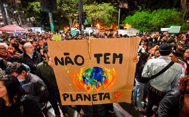 Demonstranten betoogden vrijdag in onder meer São Paulo tegen het milieubeleid van de regering-Bolsonaro en de branden in de Amazone. Op het plakkaat staat geschreven: 'Er is geen planeet B'. Beeld null