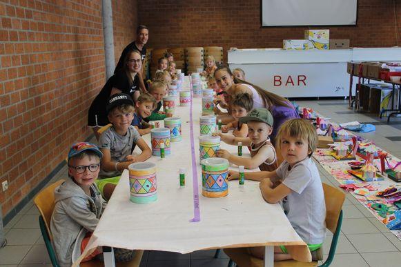 Dansschool Movimento houdt een zomerkamp in de sporthal en basisschool De Schakel. De kleuters maakten een vrijdag een trommel.