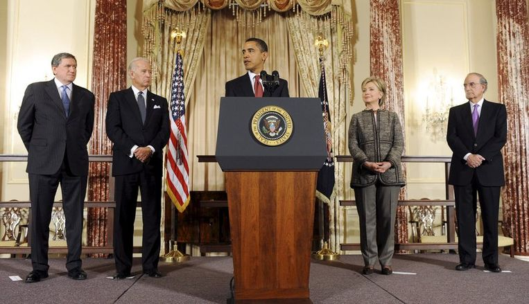 Van links naar rechts: Richard Holbrook, Joseph Biden, Barack Obama, Hillary Clinton, George Mitchell. Foto EPA/Matthew Vavanaugh Beeld