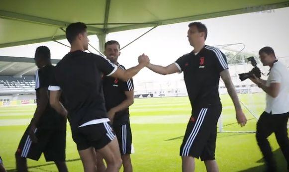 Ronaldo groet Mandzukic.