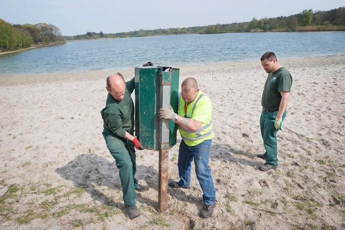 Werk aan de Galderse Meren: met van links naar rechts Jack, John en Dwight van de BSW.