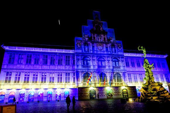 Na het blauwe en binnenkort ook groene stadhuis, krijgen we er ook eentje met een rode lint.