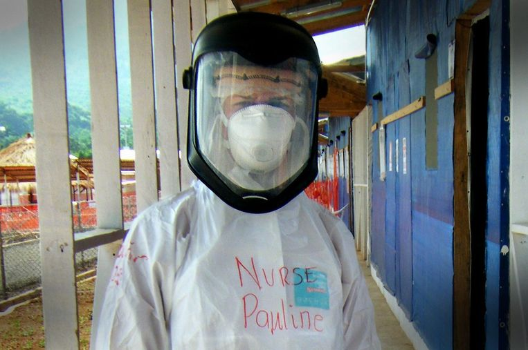 Pauline Cafferkey in haar functie als verpleegkundige in Sierra Leone. Beeld epa