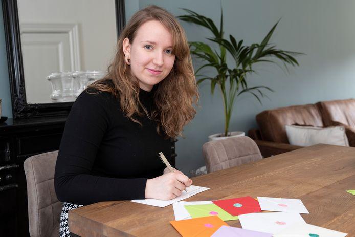 Kiki Barink uit Zutphen hoeft voor haar studie niet op en neer naar school en heeft dus alle tijd om kaarten te schrijven. In dit geval voor kinderen die hun verjaardag niet kunnen vieren vanwege het coronavirus.