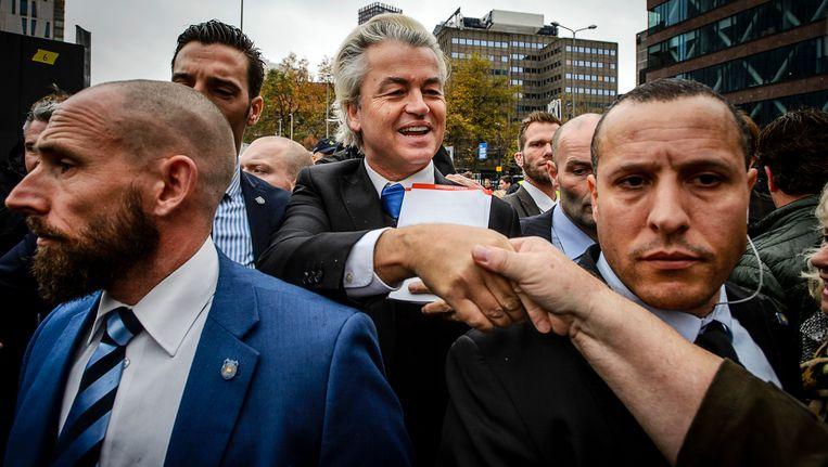 Geert Wilders op straat, omringd door zijn beveiligers. Beeld ANP