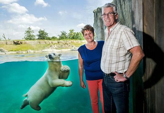 Corrie Hokken, de bedenker van de namen van de ijsbeertweeling, samen met haar man Jan.