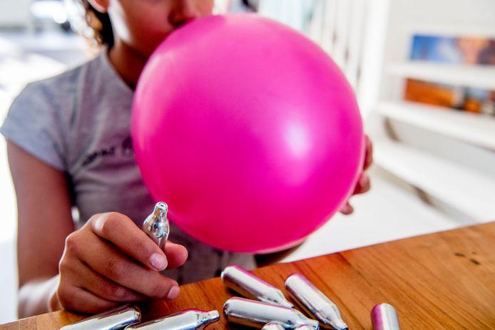 Het is een trend: het gas uit een slagroompatroon in een ballon spuiten en dat inademen.