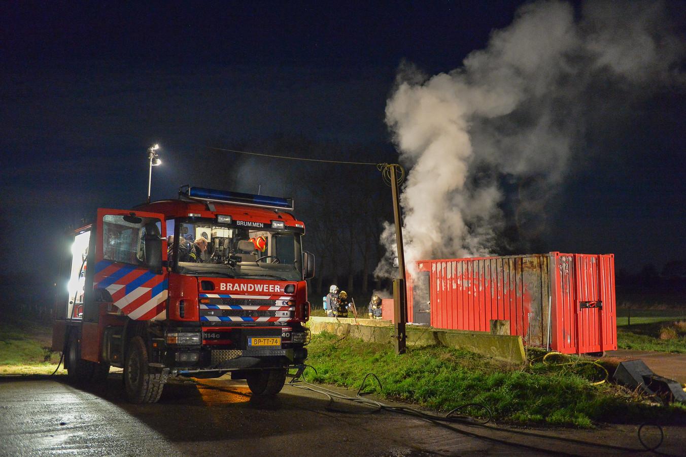 De brandweer in actie in Brummen. De veiligheidsregio Noord- en Oost-Gelderland draait bijna volledig op vrijwilligers.