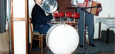 Een mooi plekje voor het drumstel van Herman met één been: Yee-hah!