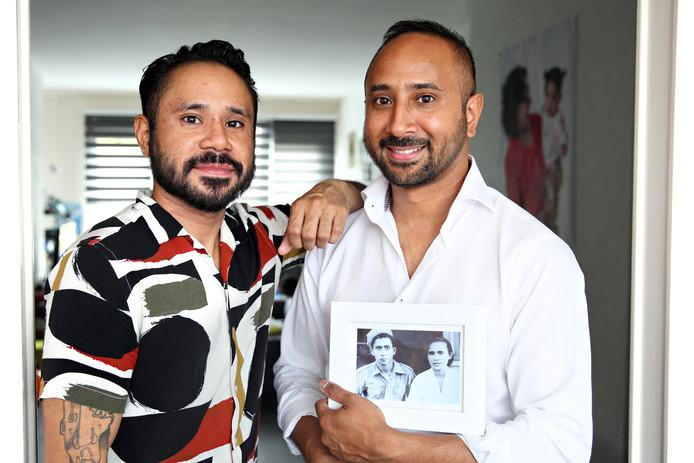 De broers Joshua (links) en Henry met een portret van hun grootouders.