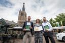 Sportarts Hans van Kuijk (links) en huisarts Norbert van den Hurk (rechts) bedachten het project GezondDorp in Leende. Ze schreven er een boek over. Project-deelneemster Sanne van der Zanden schreef er ook aan mee.