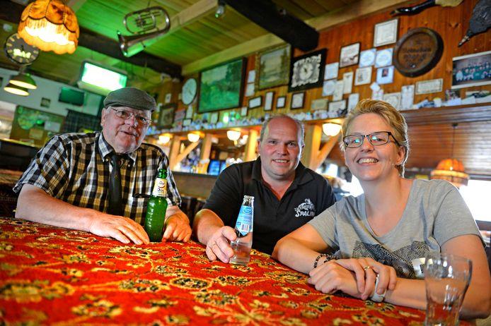 Jan Spalink (links) op zijn vaste plek in het café, hier samen met zoon Bertus en diens echtgenote Rianka.