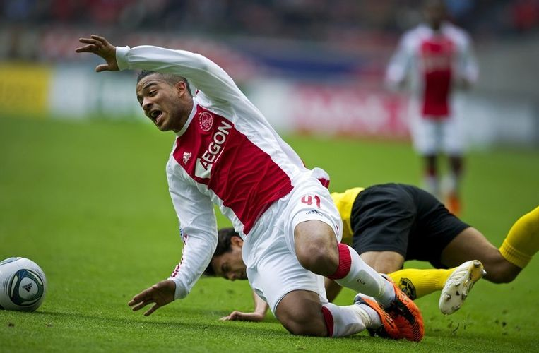 Lorenzo Ebecilio van Ajax in duel met Michael Timisela van VVV. Archieffoto Beeld anp