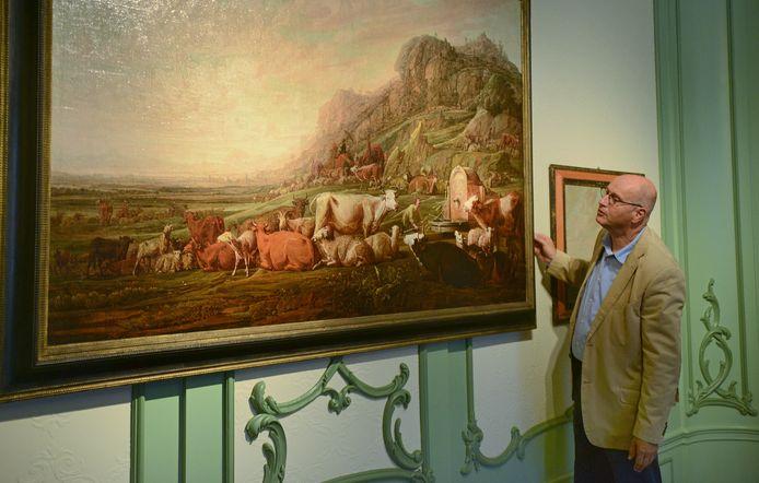 Museumdirecteur Albert Scheffers bij het doek Jacob hoedt de kudde van Laban van Franchoys Ryckhals, dat het Zeeuws Museum in bruikleen heeft gegeven. Achttien werken van Ryckhals worden in de vroegere raadszaal in het Stadhuismuseum geëxposeerd