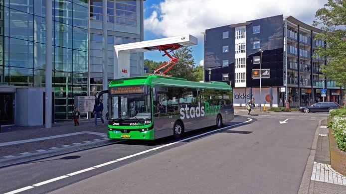 Foto ter illustratie: Elektrische bus van Ebusco/Qbuzz wordt opgeladen aan snellaadstation bij winkelcentrum Bieshof, Stadspolders, Dordrecht.