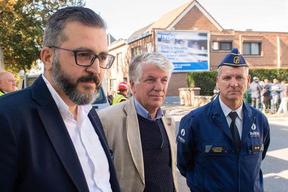 Kosmas Vasiliadis van nv Peremans, burgemeester Volckaerts en vervangend korpschef Dirk Fonteyne komen poolshoogte nemen.