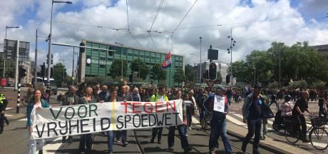 Protestmars tegen coronamaatregelen door Amsterdam