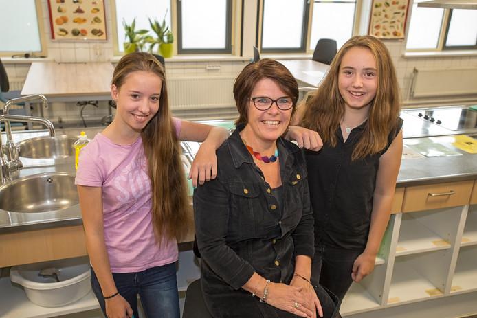 Lerares Monique van Veen met twee leerlingen die haar opgaven voor de titel Docent van het jaar, Ilse Kocken (r) en Gabriella Zwaagman.