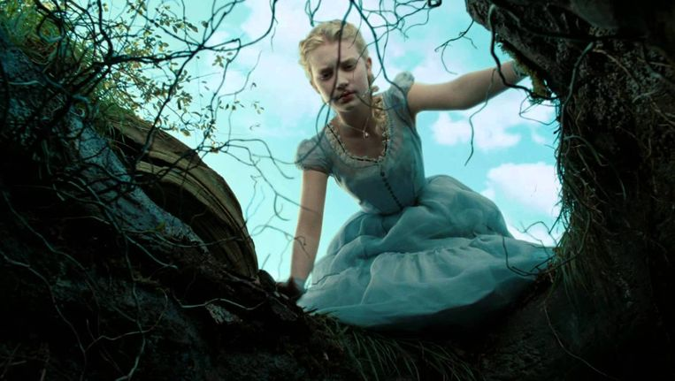 Mia Wasikowska als Alice in Tim Burton's Alice in Wonderland. Beeld
