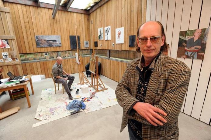 Directeur/conservator Ron Dirven van het Van GoghHuis in het atelier naast de kosterswoning. Op de achtergrond Gert-Jan van den Bemd, die deze maand artist-in-residence in Zundert is. foto Ron Magielse/het fotoburo
