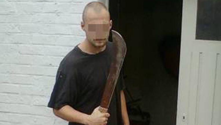 Kevin Derveaux werd vrijgelaten uit de gevangenis. Bij de dodelijke raid in Torhout werden machetes gebruikt, waarmee hij hier poseert.