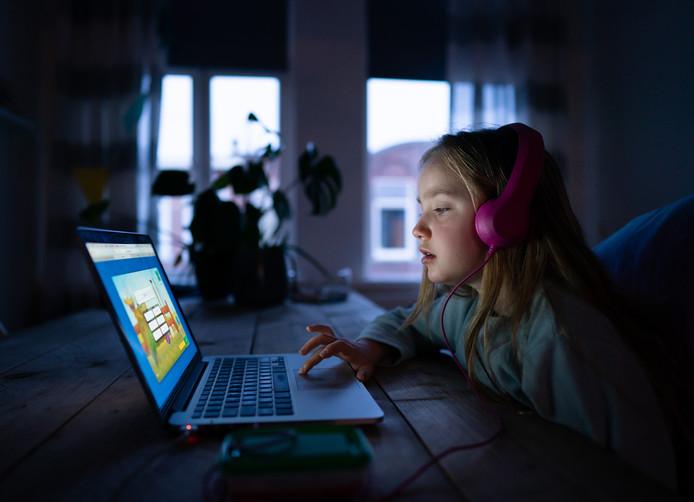 Leraren maken zich zorgen om kinderen die thuis bijvoorbeeld geen laptop of tablet hebben.