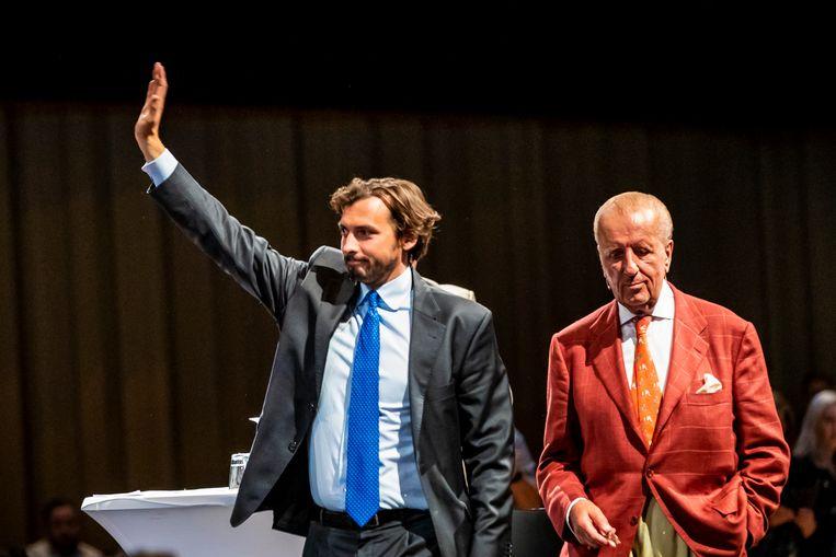 Thierry Baudet en Theo Hiddema komen terug op het podium nadat een bijeenkomst van Forum voor Democratie enige tijd was stilgelegd.  Beeld Hollandse Hoogte /  ANP