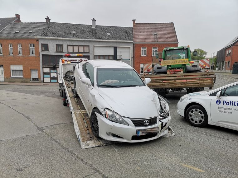Zowel de Lexus als de tractor werden getakeld.