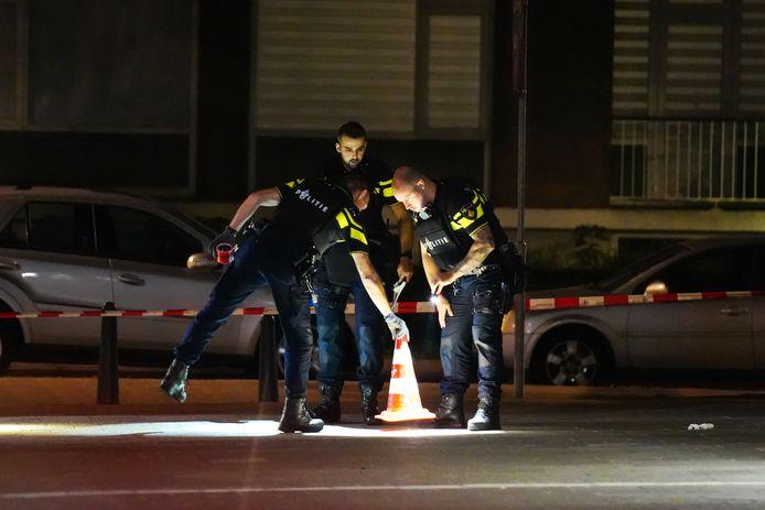 Agenten deden onderzoek in de straat.