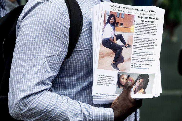 Een flyer met informatie over de 14-jarige Nsimire Massembo die sinds 27 juli is vermist. Beeld ANP