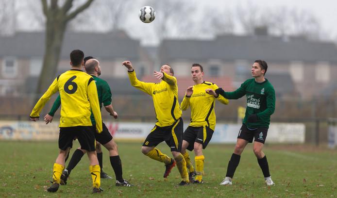 Maaskantse boys (Frank Rigters) wil de bal koppen.