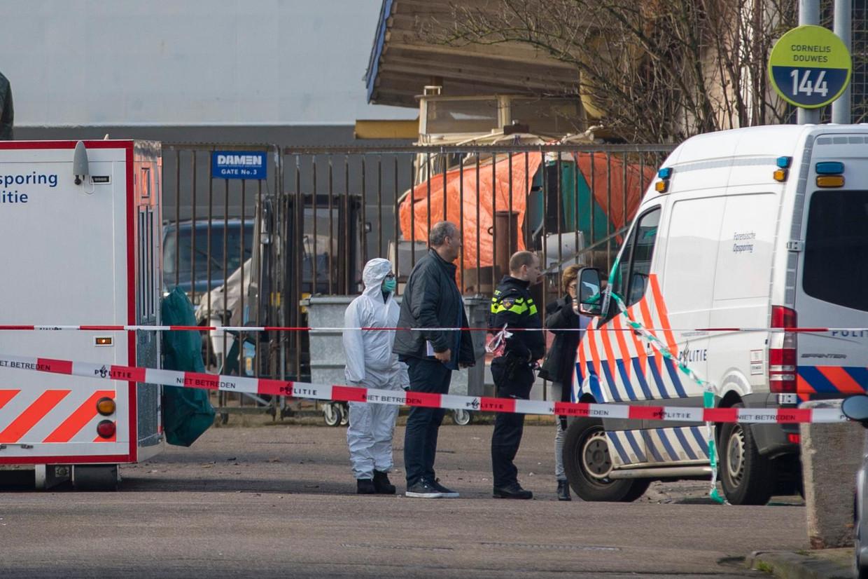 Politie op de plek waar de broer van de kroongetuige Nabil B. is doodgeschoten in Amsterdam-Noord.