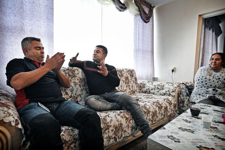 Mustapha El Achiri, wijkbeheerder Rochdale, praat met bewoner, oorspronkelijk uit Macedonie, die al jaren in de wijk woont. Beeld Guus Dubbelman / de Volkskrant