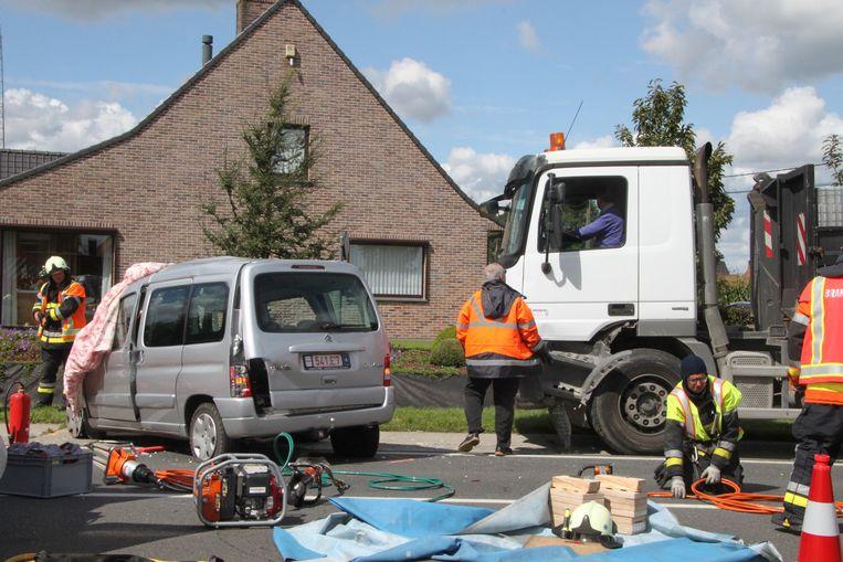 De Citroën Berlingo met Regina, André en Maria werd hard geraakt door de vrachtwagen.