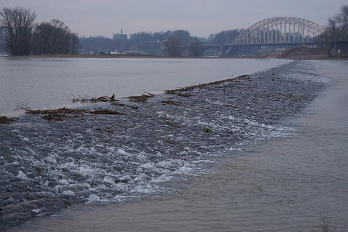 Begin februari stroomde de dam in de nevengeul bij Lent voor het eerst over bij hoogwater.