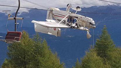 Bizar ongeval in Italië: vliegtuig blijft hangen in kabels van skilift
