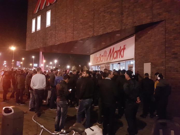 Het is dringen voor de deur bij de Media Markt in Rotterdam-Zuid.