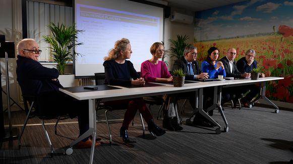 Peumans, hier uiterst links, wilde eerst zelfs niet bij de Limburgse N-VA-kopstukken aan tafel zitten tijdens de persvoorstelling.