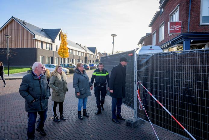 AFGEKOCHT - ENSCHEDE - Plaats delict viervoudige moord aan de Van Leeuwenhoekstraat in Enschede Burg Onno van Veldhuizen brengt met buurtbewoners bezoek aan pd.  EDITIE: REGIO FOTO: Emiel Muijderman EVM20181114