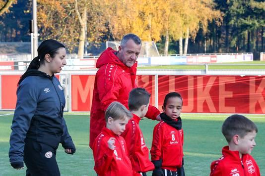 Coach Anton bezig met zijn team.