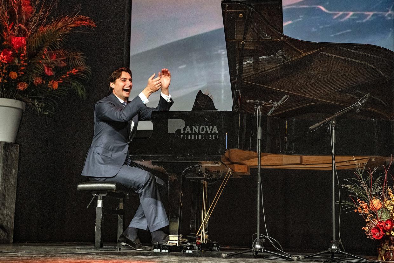 Thierry Baudet begeleidt rapper Lange Frans op piano.  Beeld Guus Dubbelman / de Volkskrant