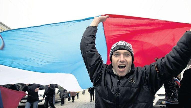 Een paar duizend pro-Russische demonstranten betogen op het Leninplein in Simferopol voor een 'ja' bij het referendum van komende zondag. Beeld ap